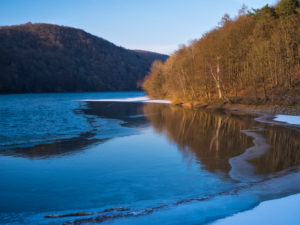 Europa, Deutschland, Hessen, Vöhl, Nationalpark Kellerwald-Edersee, Winterstimmung, Blick von der Wooghölle über den vereisten Edersee zum Lindenberg