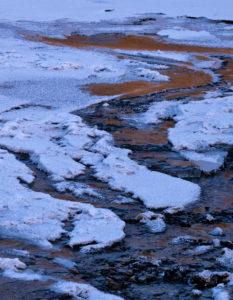 Europa, Deutschland, Hessen, Vöhl, Nationalpark Kellerwald-Edersee, Eis am Eder-Fluss, trockengefallener Edersee, Wintermorgenstimmung mit Eis und Schnee, Spiegelung