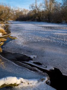 Europa, Deutschland, Hessen, Burgwald, Naturpark Kellerwald-Edersee, Wintertag am Eder-Fluss bei Birkenbringhausen, Eis und Schnee