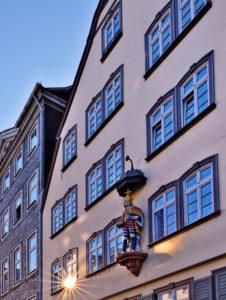 Europa, Deutschland, Hessen, Lahn-Dill-Kreis, Lahn-Dill-Bergland, Wetzlar, Altstadt am Kornmarkt, ehemaliges Postpalais von Thurn und Taxis (1759), Kaiserfigur