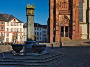 Europa, Deutschland, Hessen, Lahn-Dill-Kreis, Lahn-Dill-Bergland, Wetzlar, Stiftskirche St. Maria am Domplatz, Blick zum Südportal, gotische Turmfront, Brunnen