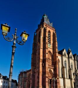 Europa, Deutschland, Hessen, Lahn-Dill-Kreis, Lahn-Dill-Bergland, Wetzlar, Stiftskirche St. Maria am Domplatz, Blick zum Südportal, gotische Turmfront