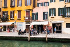 Blick von einem Kanal auf die Häuser in Venedig