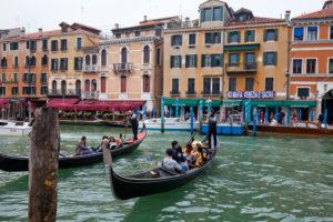 Gondeln auf dem Kanale Grande vor Uferpromenade in Venedig