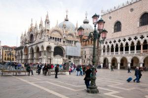 Markusplatz mit Dom und Dogenpalast in Venedig