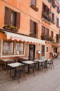Restaurant in rosafarbenem Haus in Venedig in Italien
