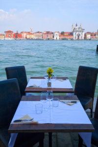 gedeckte Tische an der Uferpromenade von Venedig