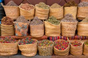 Körbe mit getrockneten Blüten und Kräutern, Marrakesch, Marokko
