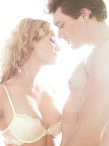 Paar, verliebt, Zärtlichkeit, Erotik,  Berührung, Halbporträt,   Mann, Frau, Liebe, Gefühle, Lust, Annäherung, zärtlich, erotisch, Reiz, Verführung, Nähe, Intimität, Verlangen, verliebt, Lust, Sinnlichkeit, Brust, Oberkörper, nackt, BH, Affäre, Partnerschaft, Beziehung, innen, Mau_Set, Studio,