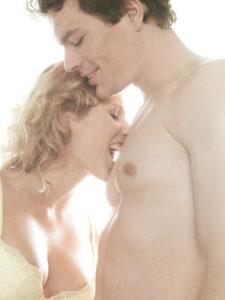 Paar, verliebt, Zärtlichkeit, Erotik,  beißen,   Mann, Frau, Liebe, Gefühle, Lust, Begierde, zärtlich, erotisch, Reiz, Verführung, Nähe, Intimität, Verlangen, Lust, Hingabe, Leidenschaft, Sinnlichkeit, lustvoll, leidenschaftlich, spielerisch, verführerisch, nackt, liebkosen, Brust, Oberkörper, nackt, BH, Vorspiel, Affäre, Partnerschaft, Beziehung, innen, Mau_Set, Studio, Porträt,