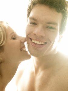 Paar, verliebt, Zärtlichkeit, Kuss,  Porträt,   Erotik, Mann, Frau, Liebe, Gefühle, Lust, zärtlich, erotisch, Reiz, Verführung, Nähe, Intimität, Verlangen, glücklich, lächeln, spielerisch, verführerisch, nackt, Liebkosung, Affäre, Partnerschaft, Beziehung, innen, Mau_Set, Studio,