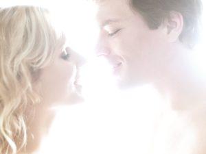 Paar, Zärtlichkeit, Kuss, Porträt, seitlich,    Liebespaar, Mann, Frau, Liebe, Gefühle, Annäherung, zärtlich, Nähe, Intimität, Erotik, Verlangen, Sinnlichkeit, Liebkosung, Zuneigung, verliebt, Affäre, Partnerschaft, Beziehung, küssen, Gesichter, glücklich, lächeln, Profil, innen, Mau_Set,