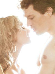 Paar, Zärtlichkeit, Kuss, Porträt, seitlich,    Liebespaar, Mann, Frau, Liebe, Gefühle, Annäherung, zärtlich, Nähe, Intimität, Erotik, Verlangen, Sinnlichkeit, Liebkosung, Zuneigung, verliebt, Affäre, Partnerschaft, Beziehung, küssen, Gesichter, Profil, innen, Mau_Set,