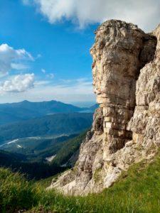 Blick auf einen Felsen im Karwendelgebirge, mit Isar und Walchensee im Hintergrund.
