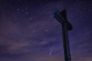 Großer Wagen und Komet Neowise mit Gipfelkreuz