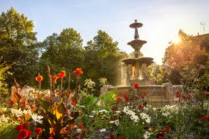 Brunnen am Weißenburger Platz in München im Sommer