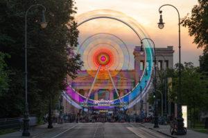 """Riesenrad am Münchner Königsplatz in der Dämmerung, während des """"Sommer in der Stadt"""" Events"""