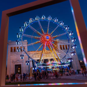 """Riesenrad am Münchner Königsplatz in der Abenddämmerung, während des """"Sommer in der Stadt"""" Events"""