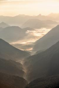 Tal in den Bergen mit Morgennebel