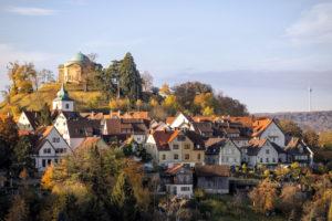 Blick vom Kappelberg auf Die Grabkapelle Württemberg und Stuttgart-Rotenberg im Herbst. Stuttgart, Baden-Württemberg, Deutschland.