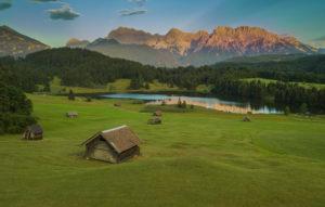 Holzstadel in Gerold, view over Geroldsee towards Karwendel, wooden hut, sunset, Geroldsee, Wagenbrüchsee, Moorsee, bathing lake, Krün, Garmisch-Partenkirchen, Upper Bavaria, Bavaria, southern Germany, Germany