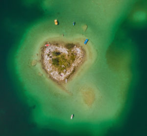 Pedal boats, yellow pedal boat, blue pedal boat, stand-up paddle, SUP, heart island, heart-shaped island, disc island, disc bush, inland island, lake island, fresh water island, turquoise water, Eibsee, Grainau, Garmisch-Partenkirchen, Upper Bavaria, Bavaria, southern Germany, Germany