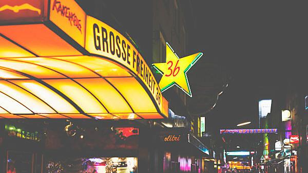 Nachts auf der Reeperbahn - rund um St.Pauli locken die Bars mit ihrer bunten Leuchtreklame. Die grosse Freiheit 36 lockt.
