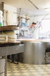 Sennerin verarbeitet frische Milch zu würzigem Alm-Käse, Reportage: Vom Milch kochen, Lab zufügen bis zum Käselaib, der dann im Keller reifen darf,