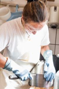 Die Sennerin verarbeitet frische Milch zu würzigem Alm-Käse,  Reinigung der Zentrifuge und den benötigten Geräten,