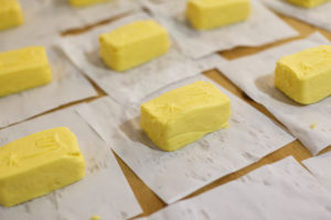 Production of butter, processing, pack the pieces of one pound