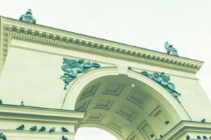 Nahaufnahme mit Engeln und Putten des Eingangs zum Hofgarten in München, Bayern, Deutschland.