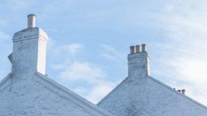 Die Schornsteine eines Hauses bei Lands End, Penzance, Cornwall, England, Großbritannien