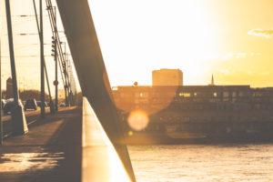 Die Kölner Severinsbrücke bei Sonnenuntergang.