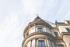 Architektur in Hamburg - Ein Gebäude mit Fassade, Fenster und Kuppel.