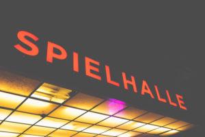Nachts auf der Reeperbahn - rund um St.Pauli locken die Bars mit ihrer bunten Leuchtreklame. Spielhalle - Spielhölle?