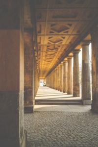 Berlin, Museumsinsel, Kolonnadengang Nationalgalerie - Säulengang Richtung Friedrichsbrücke