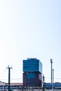 Berlin Oberbaum - Das NARVA-Hochhaus mit BASF-Glaswürfel - nur redaktionelle Nutzung.