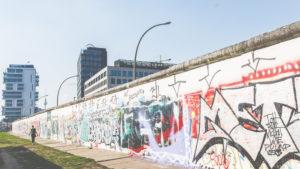 Die Berliner Mauer und der Fernsehturm - zwei historische Sehenswürdigkeiten in der Hauptstadt.