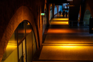 Rundbögen und Beleuchtung im Untergrund Berlins.