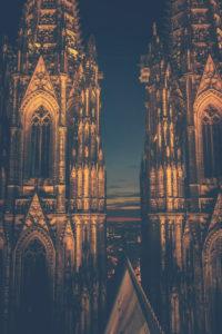 Der Kölner Dom. Auch bei Nacht ein beeindruckendes, gotisches Bauwerk. -  Nur redaktionelle Nutzung.