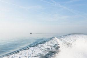 Meer, Wasser, Stille und Wasserkraft, die Bugwelle und die Gischt.