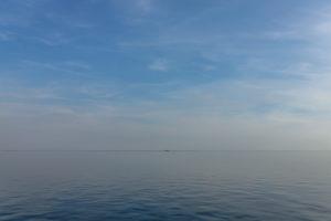 Meer, Wasser, Stille und auch Flaute: bis zum Horizont. Hinter dem Horizont