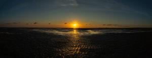 Der Sonne entgegen, Sonnenuntergang, stimmungsvolles Farbenspiel an der Nordsee im Wattenmeer, endlose Weite zur Blauen Stunde-Pano