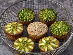 Quinoa muffins with peas, sesame and asparagus
