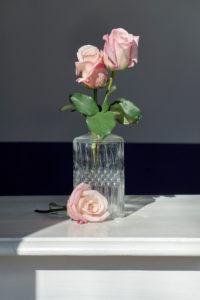 Rosen vor und in Glasvase