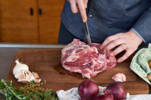 Serienmotiv, Arbeitsschritte zur Zubereitung einer mit Kräuter gefüllten Lammkeule und provenzalischem Gemüse mit einer Küchenmaschine (Thermomix ® und Varoma ®), Aufschneiden der Lammkeule,