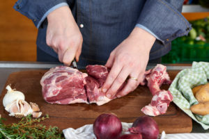 Photo series, step-by-step preparation of a leg of lamb filled with herbs and Provençal vegetables by using a food processor (Thermomix ® and Varoma ®), cutting the leg of lamb, deboning