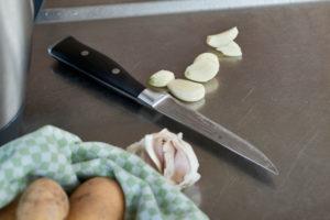 Serienmotiv, Arbeitsschritte zur Zubereitung einer mit Kräuter gefüllten Lammkeule und provenzalischem Gemüse mit einer Küchenmaschine (Thermomix ® und Varoma ®), Herstellung der Kräuterfüllung, Zutaten, Knoblauch