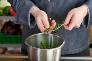 Serienmotiv, Arbeitsschritte zur Zubereitung einer mit Kräuter gefüllten Lammkeule und provenzalischem Gemüse mit einer Küchenmaschine (Thermomix ® und Varoma ®), Herstellung der Kräuterfüllung