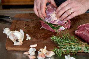Serienmotiv, Arbeitsschritte zur Zubereitung einer mit Kräuter gefüllten Lammkeule und provenzalischem Gemüse mit einer Küchenmaschine (Thermomix ® und Varoma ®), Wickeln der Lammkeule